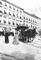Tospanns hestesporvogn til Vestbanen svinger inn i Rosenkran