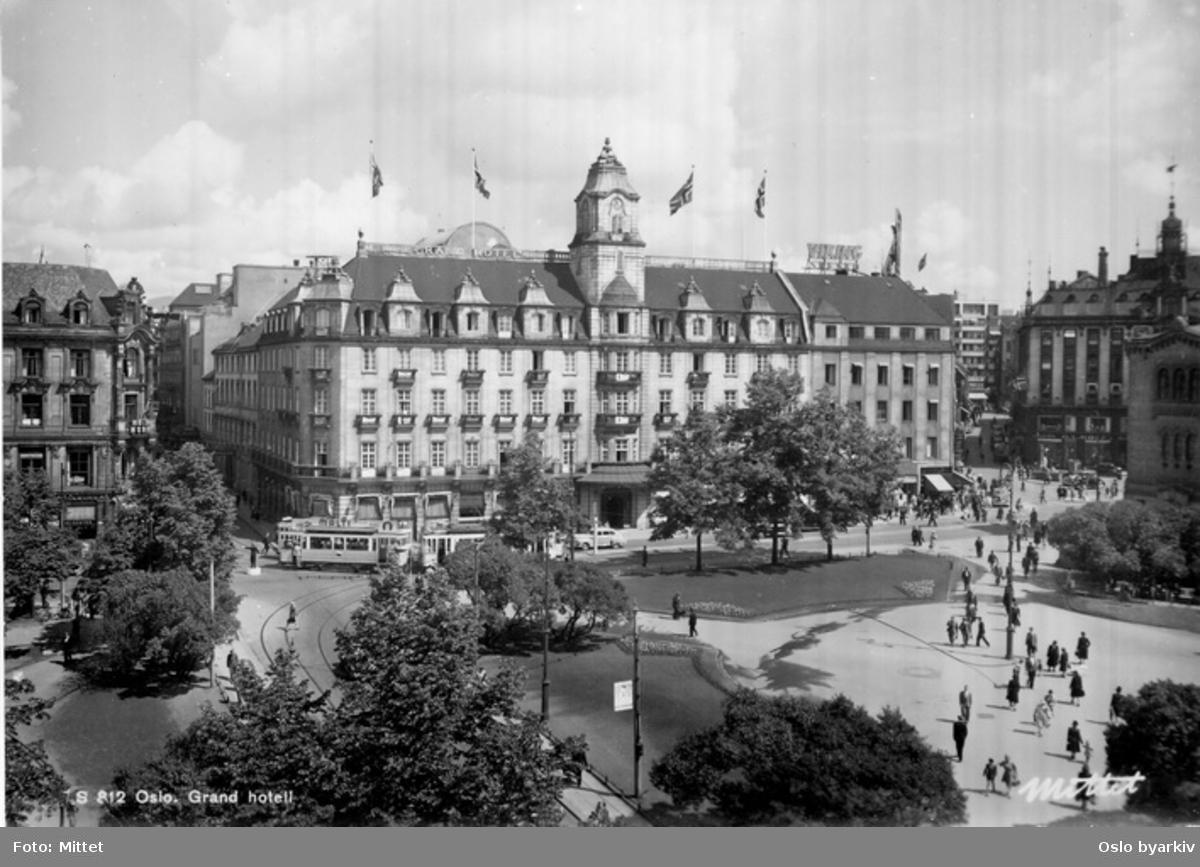 Eidsvolls plass. Grand Hotel, Tostrupgården, Stortings plass. Trikk fra Rosenkrantz' gate inn på Karl Johansgate. Trafikkonstabel. Spaserende. Postkort S 812.