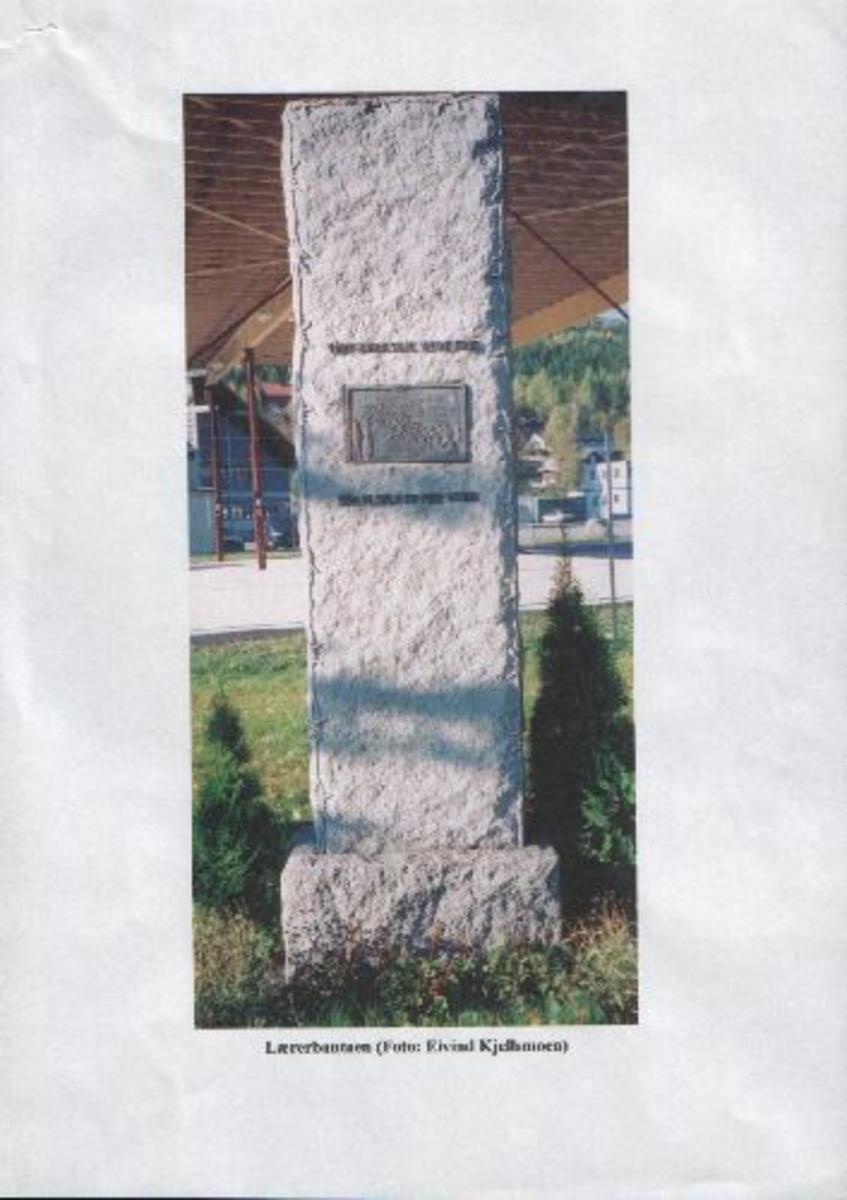 Steinbauta med inskripsjoner og bronsjeplate.