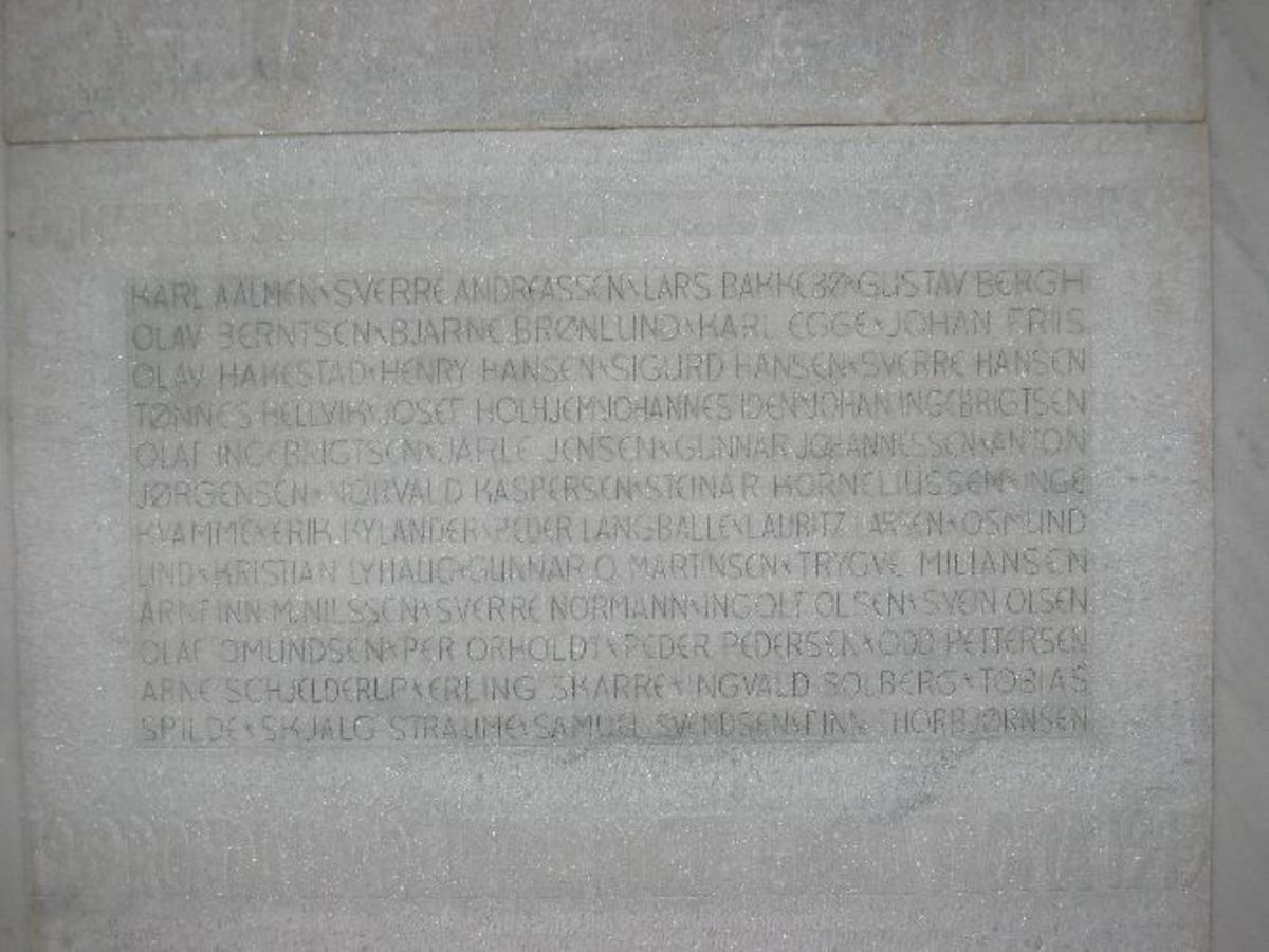 6 båter ble torpedert. Kjøreanvisning: Bergen. Bradbenken 1 i 6 etasje i resepsjonen. Minneplaten i hvit marmor henger på veggen i resepsjonen.