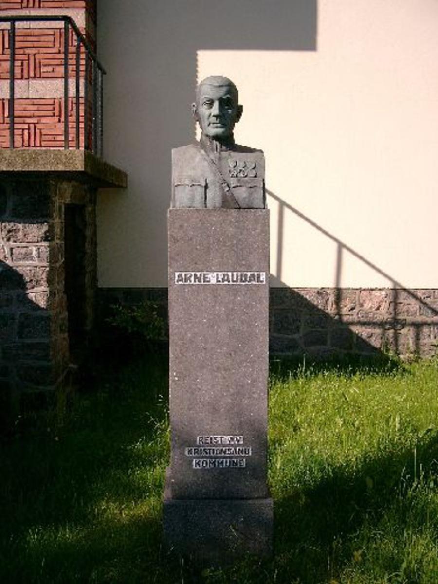 Byste av Major Laudal plassert på en steinblokk.