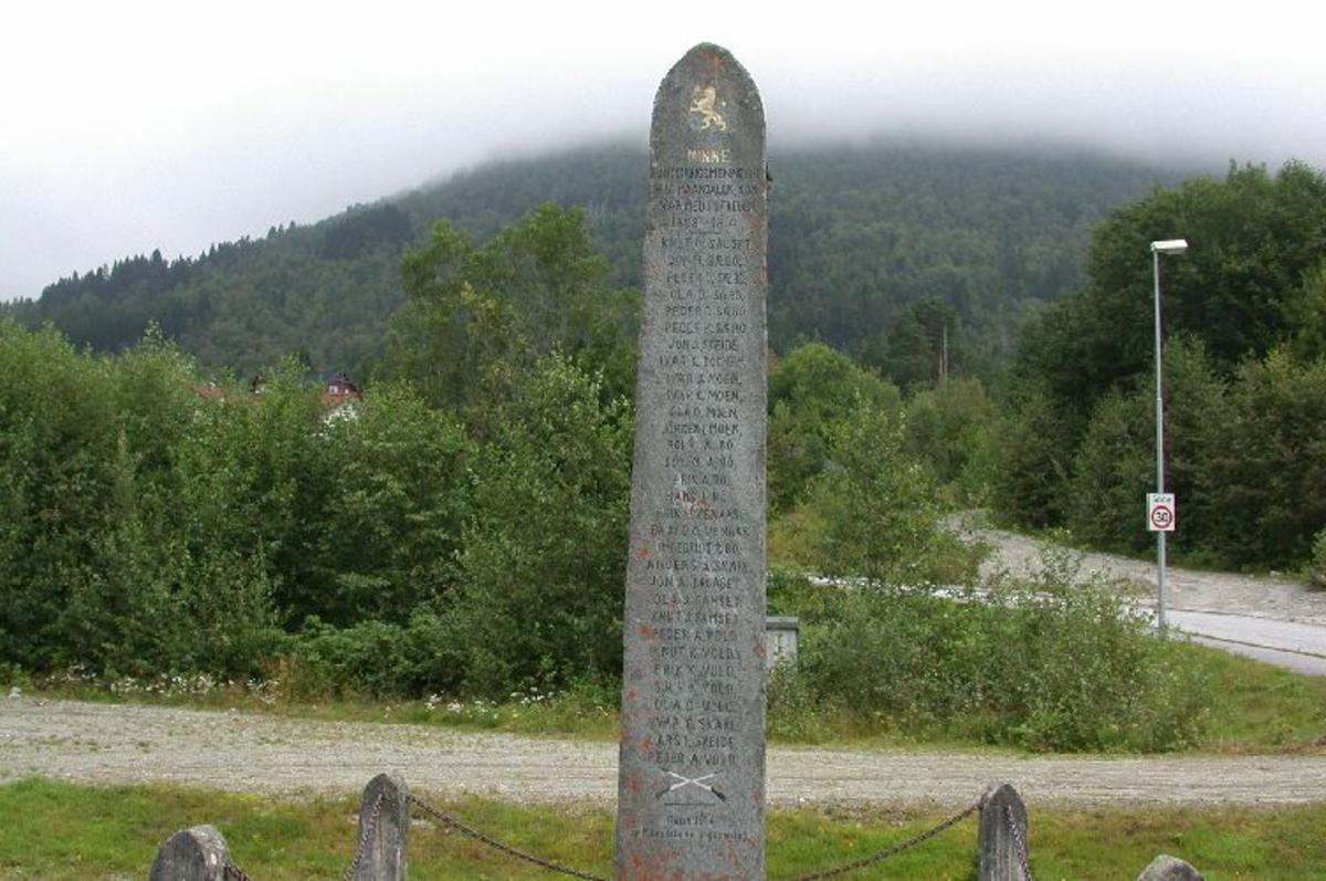 Ca 5 m høy bauta med den norske løve og inskripsjon