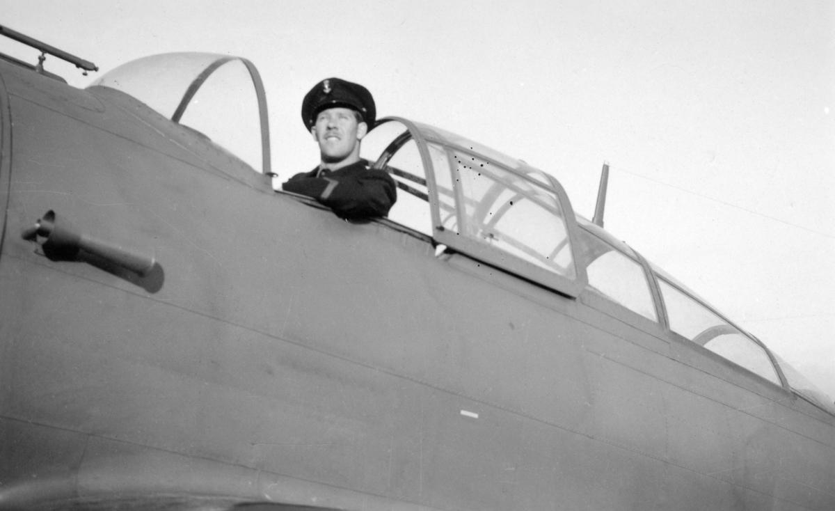 """Fra 330 skvadronens avdeling på Island. """"Barte"""" Larsen i cockpiten på et Northrop fly før avreise."""