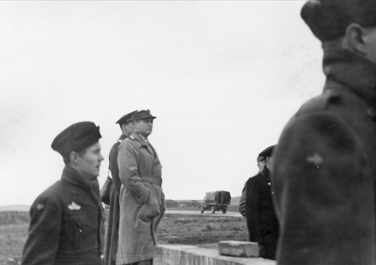 Kong Haakon VII besøker 333 skvadronens avdeling på Leuchars, mai 1942.