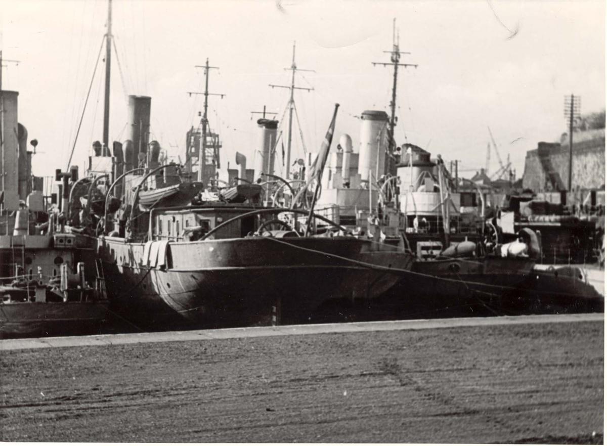 Motiv: Marinefartøy i opplag i Burntisland 1944.Bakfra.Fra venstre :Jageren Sleipner, Minesveiperen Thorodd, Minesveiperen Alcmaria, Kommandofartøyet Heimdal, Minesveiperen Bjerk