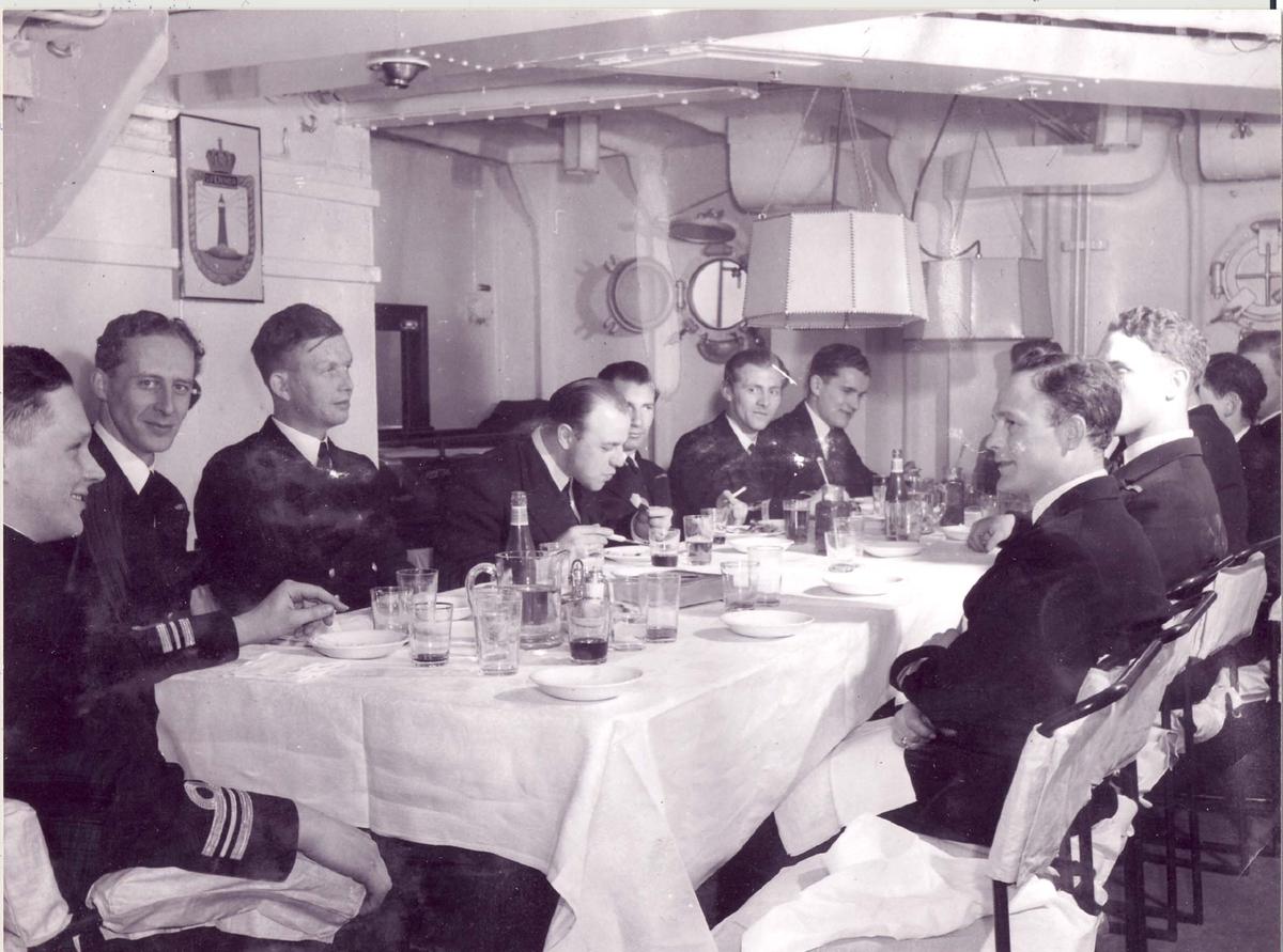 """Jageren """"Svenner"""", lunch om bord."""