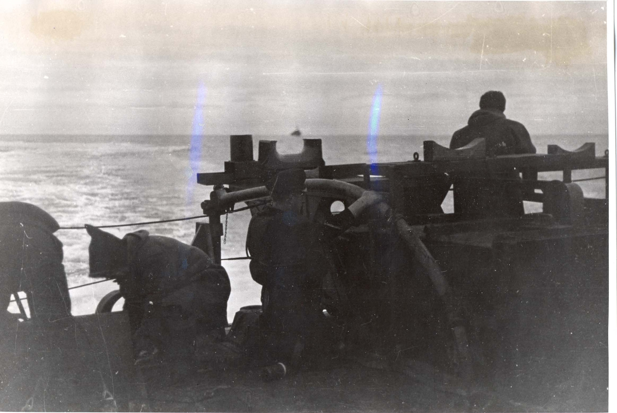 Enkeltbilde. Jageren Stord i konvoy til Murmansk. Dypvannsmine eksploderer under et angrep mot Tyske ubåter.
