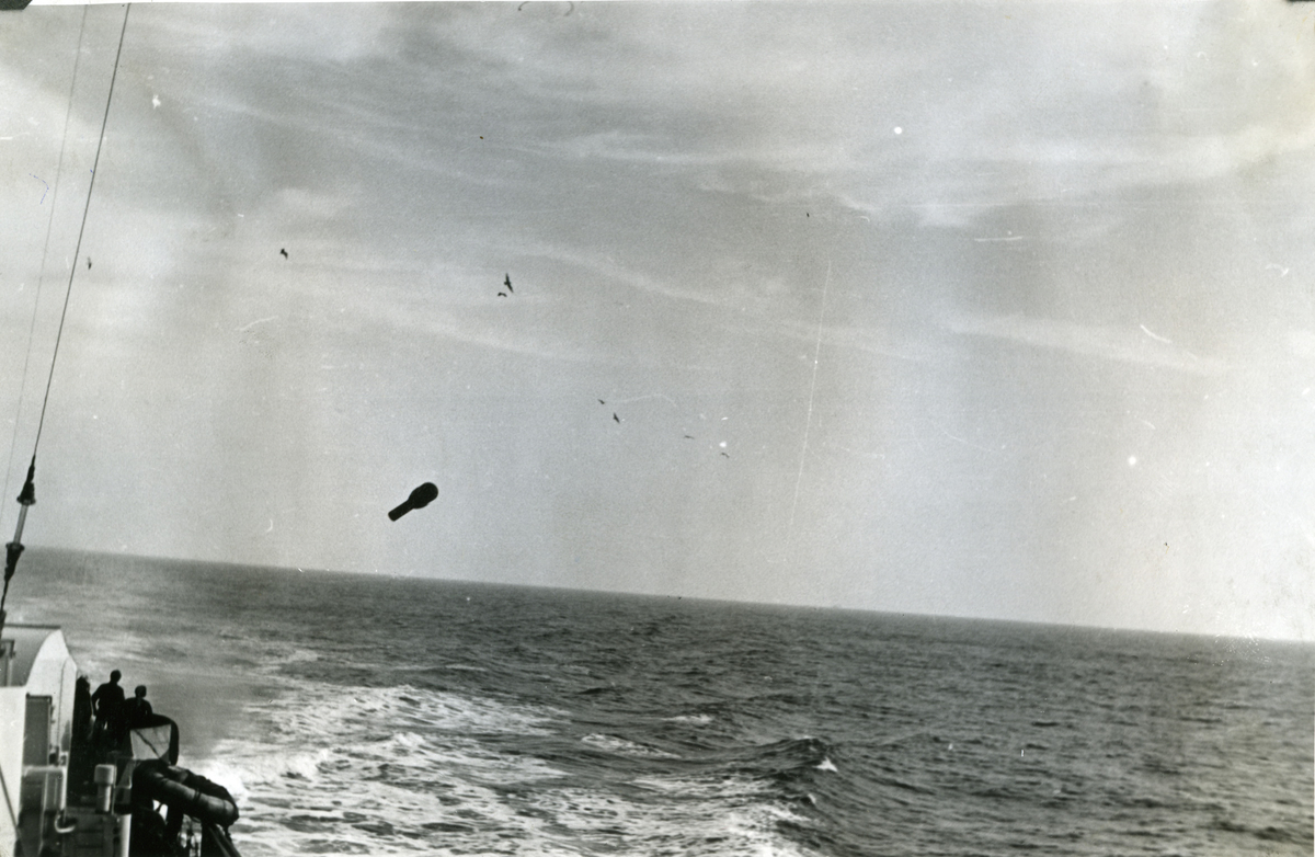 "Album Glaisdale H.Nor.M.S. ""Glaisdale"". Fotograf: Ltn. Holter. En dypvannsladning slippes under en ubåt jakt i Atlanterhavet."