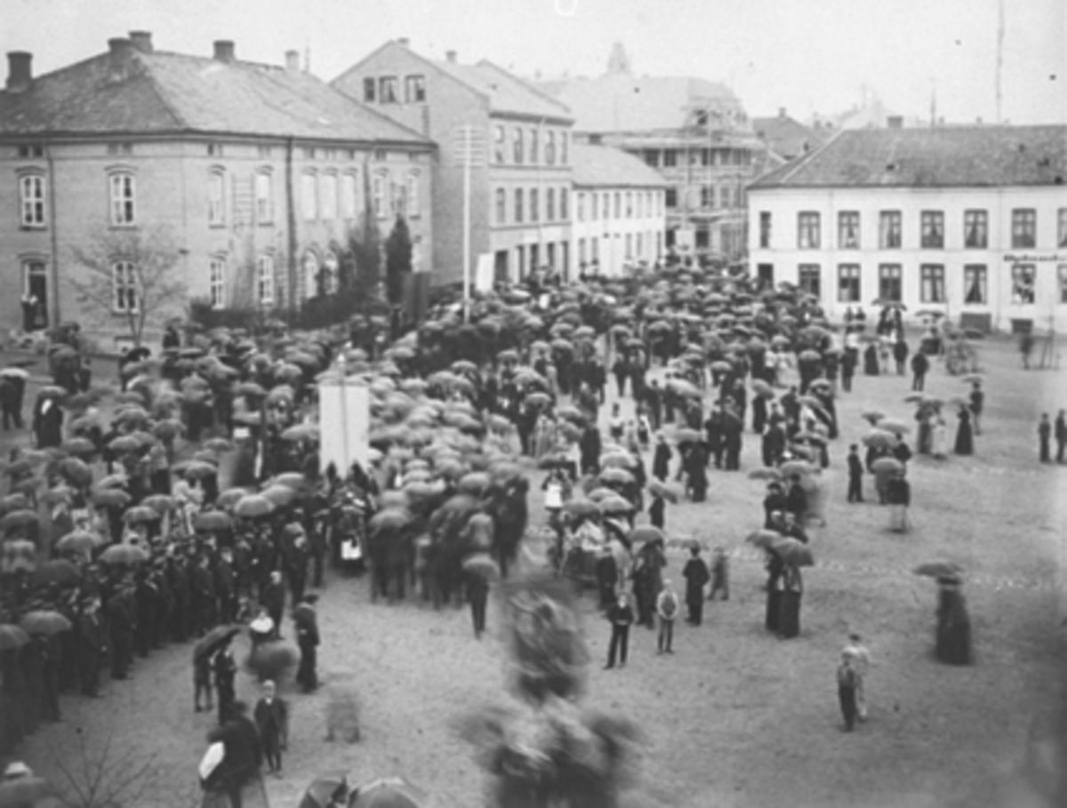 Fellestoget 17.mai 1899 på Stortorget. Torggata 83 i forgrunnen, Oplandske Hotell i bakgrunnen.