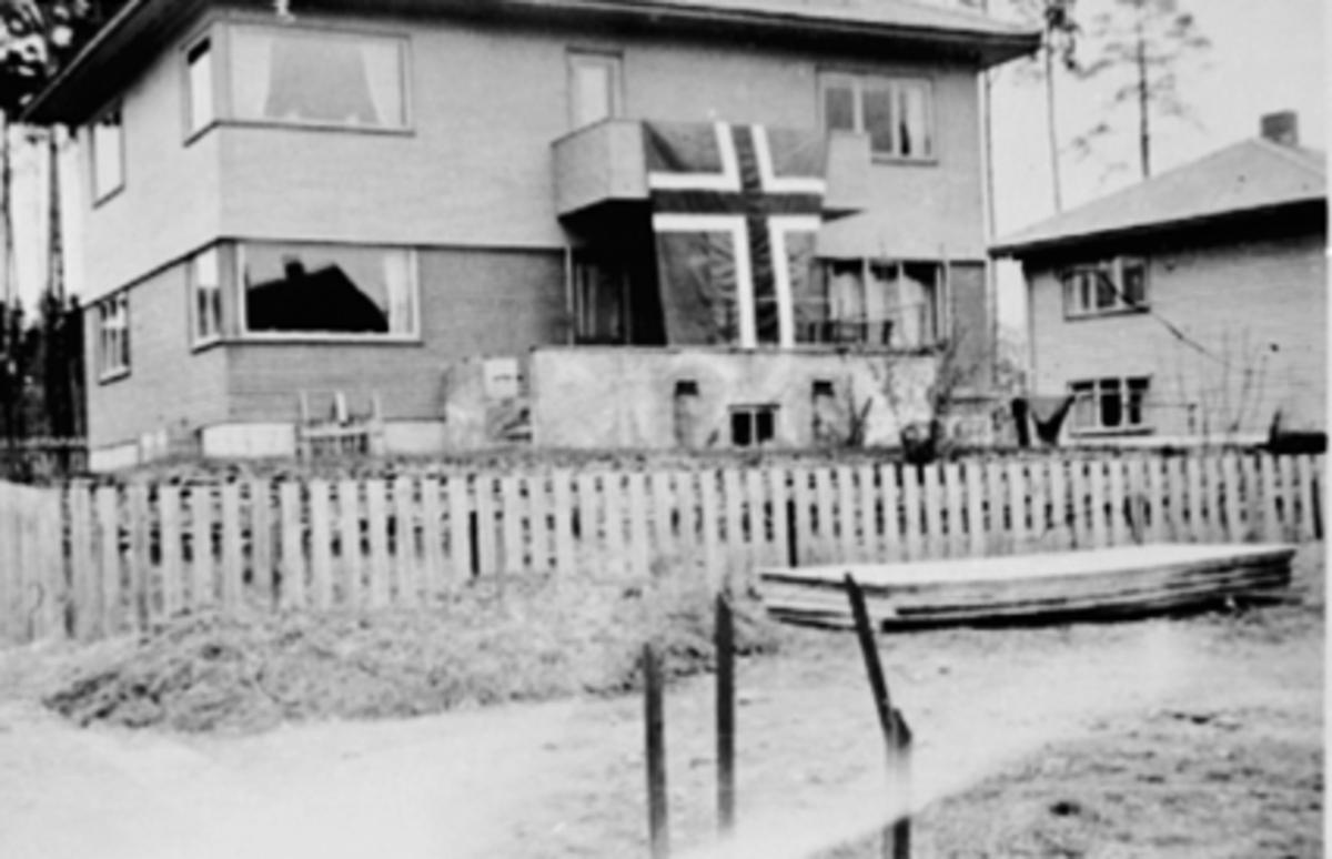 8. MAI 1945, FREDSFEIRING, EKSTERIØR ARVESENS VEG 8, FLAGG PÅ BALKONGEN, FUNKISBOLIG