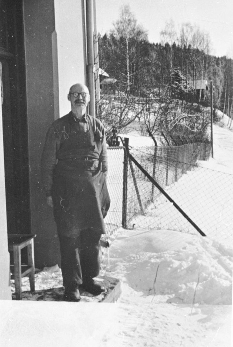 Skomaker Lars Nordsveen ved Veldre stasjon, Ringsaker.