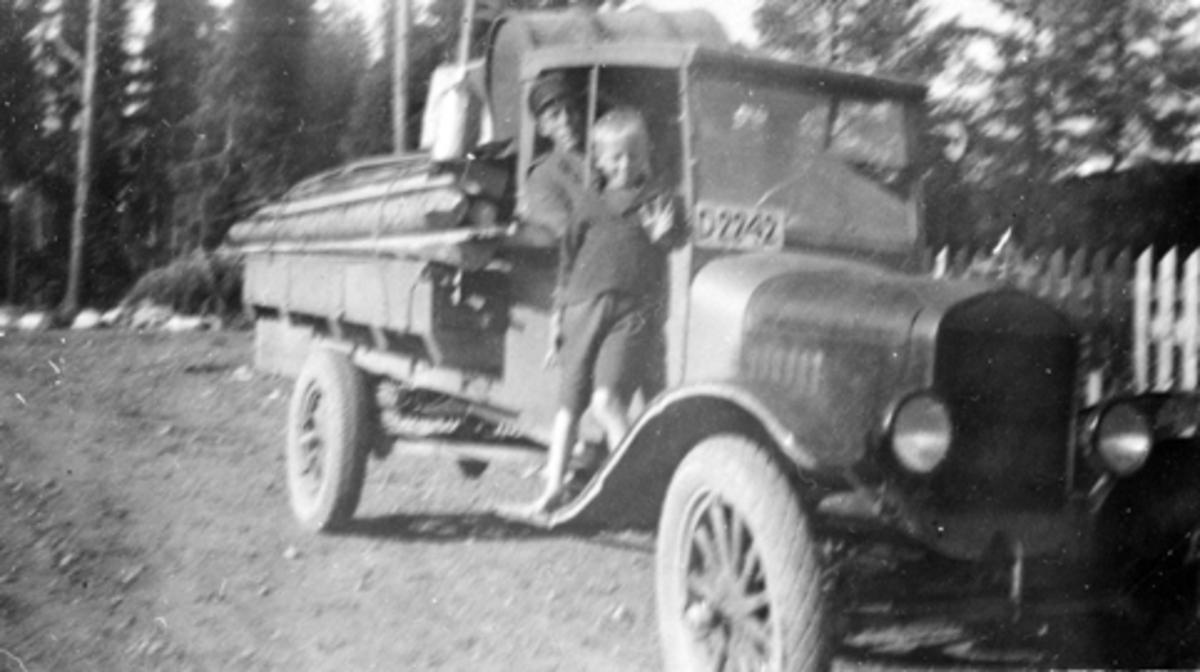 Lastebil med honlass. Ford TT 1923-25 modell, D-2242, Egil og Henry Amdal, Furnes Almenning. TT er lastebilversjonen av modell T.