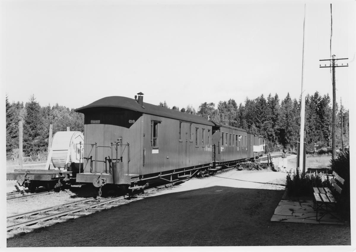 Tog 2051 skifter på Aurskog stasjon. En To-vogn med kabeltromler er satt ut i spor 2.