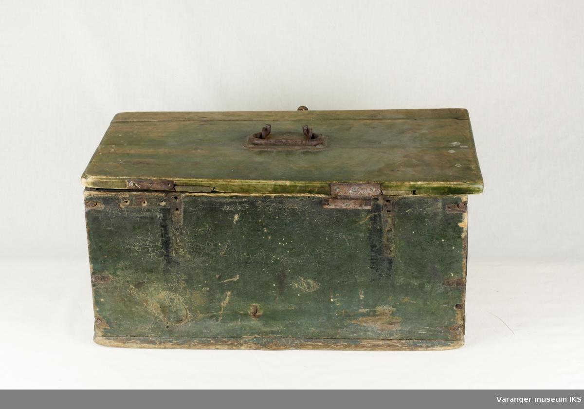 Kiste med lokk. Grønnmalt, men svært slitt. Hengslet jernhåndtak i lokk. Lås i front.