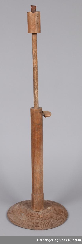 Lysestake for talgalys, til å stå på golvet, rund fot, høgda kan regulerast med treskrue