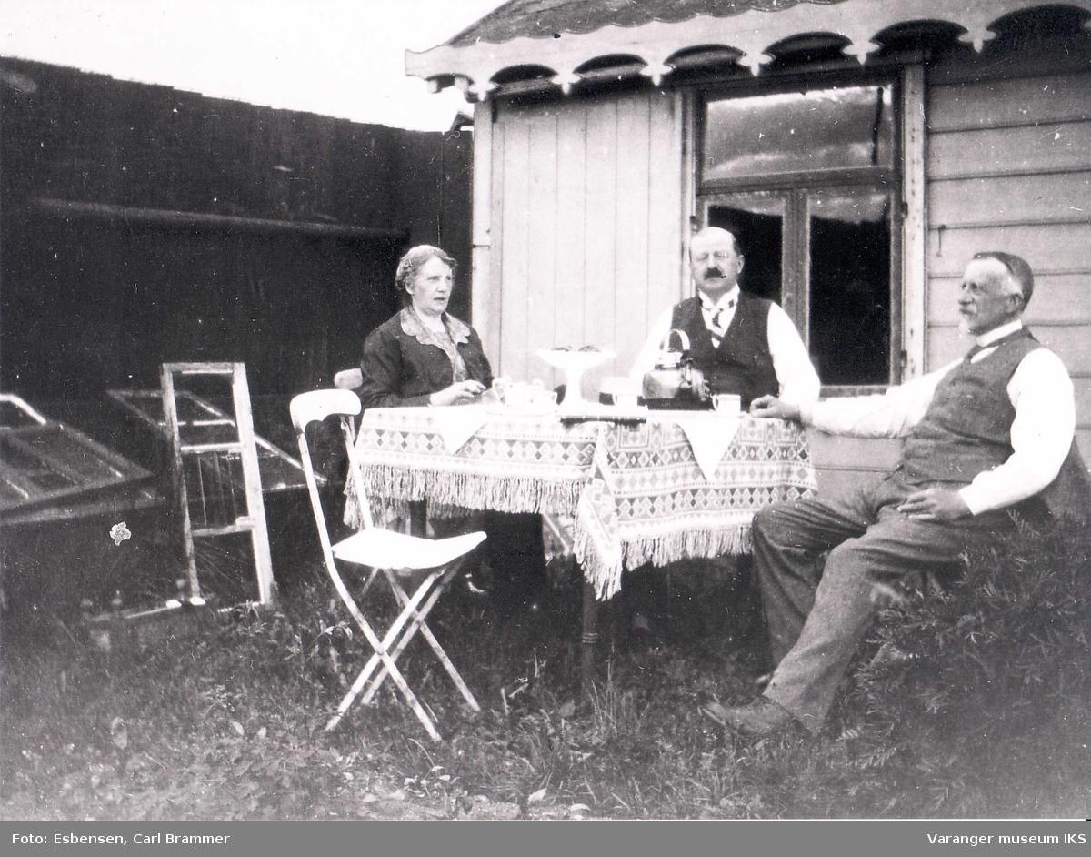 Lysthuset ved Esbensengården. Med Kitta og Hans Fredrik Esbensen og ant.Carl Olsen i midten ca 1900-1920.