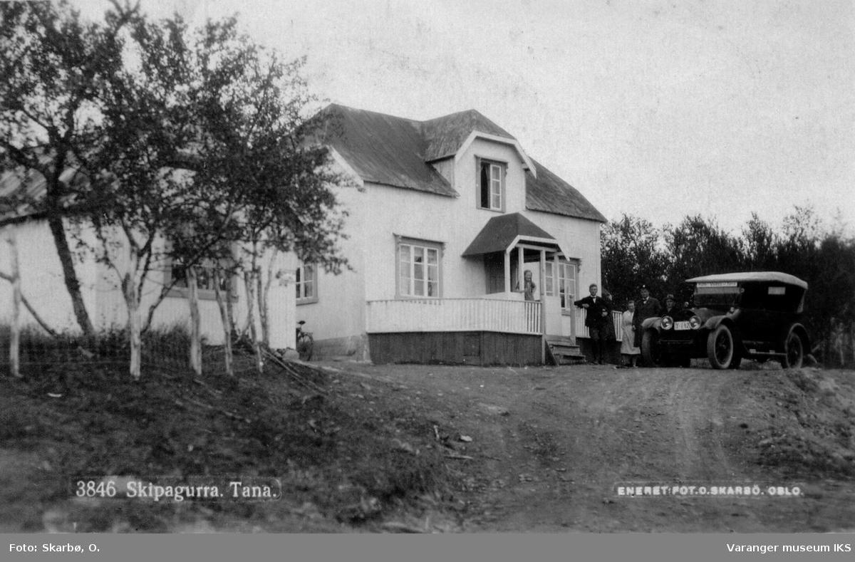 Hus med bil parkert foran, i Skippagurra i Tana ca 1900-1940.