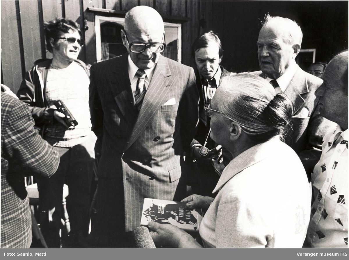 President Kekkonen med Ida Tuomainen, Alf Tuomainen og fotografer utenfor Tuomainengården i 1977.