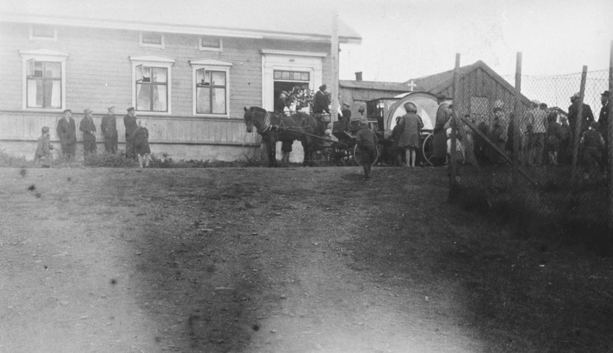 Begravelsesfølge foran Hallonengården i Vadsø.