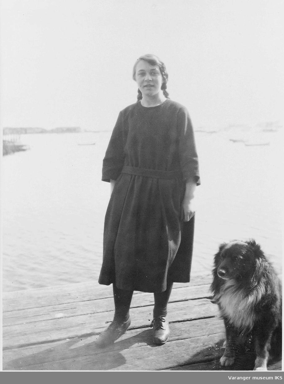 Mildrid Hoel med hund på kaia en sommerdag 1939 el 1940