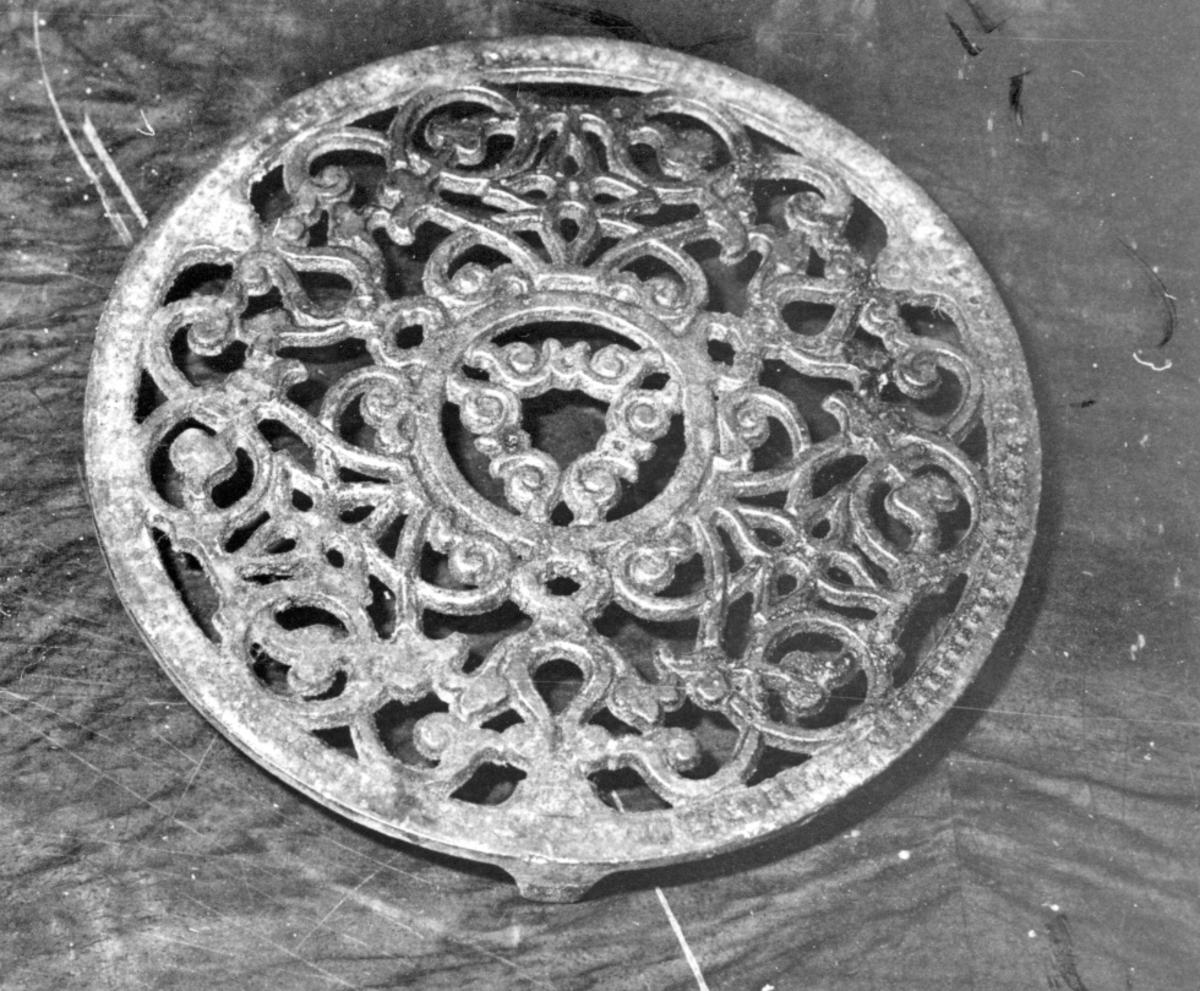Bordskåner av støpejern, rester av sølvmaling, rund, gjennombrudt mønster, tre føtter