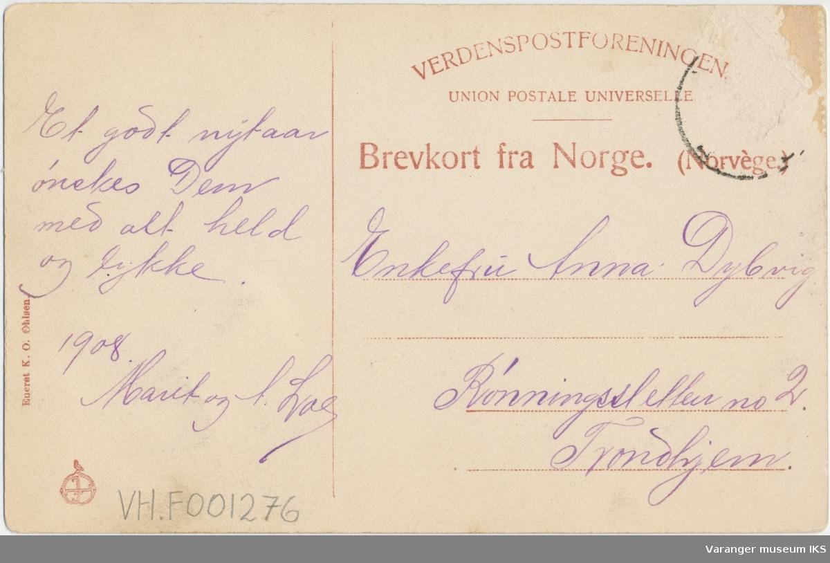 Postkort, fiskearbeid på en av Brodtkorbs kaier i Nordre Våg, Reinøya i bakgrunnen, ca. 1900