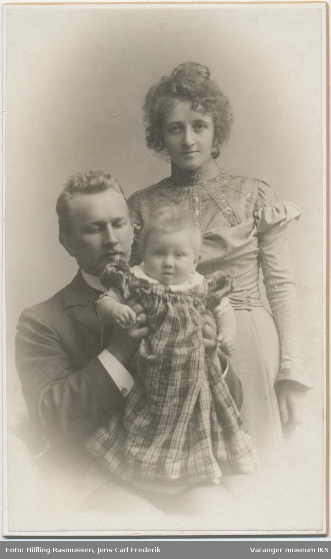 Familieportrett, mann, kvinne og barn