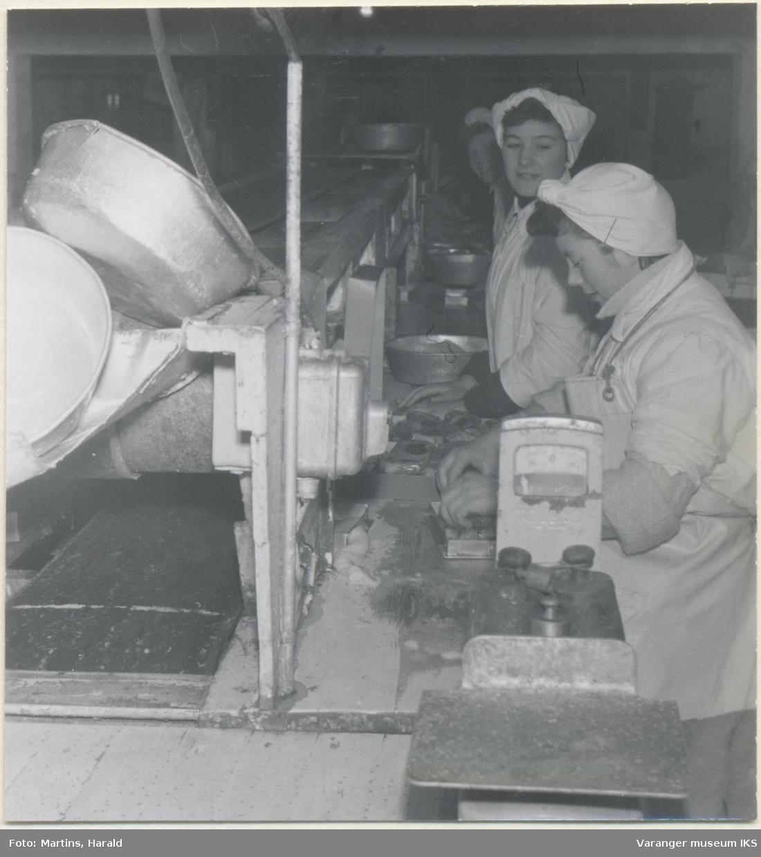 Filetene pakkes før frysing, filetfabrikken på Finotro, 25. januar 1956