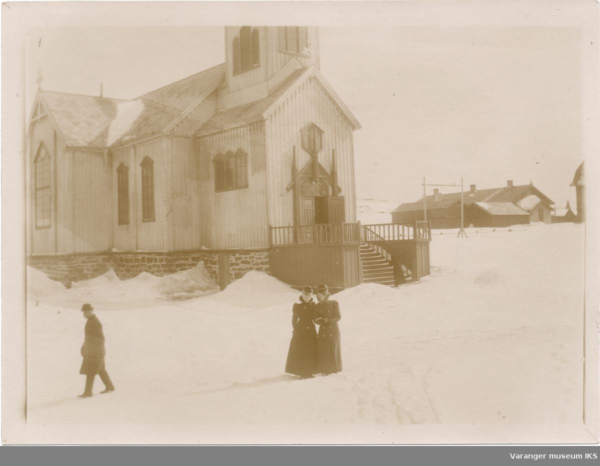 Vardø kirke, prestegården i bakgrunnen