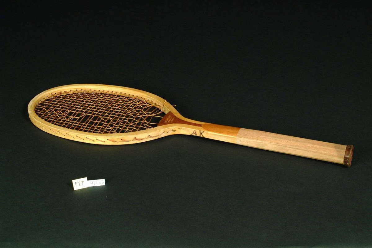 Tennis racket med tre håndtak og tau i selve slag-flaten.
