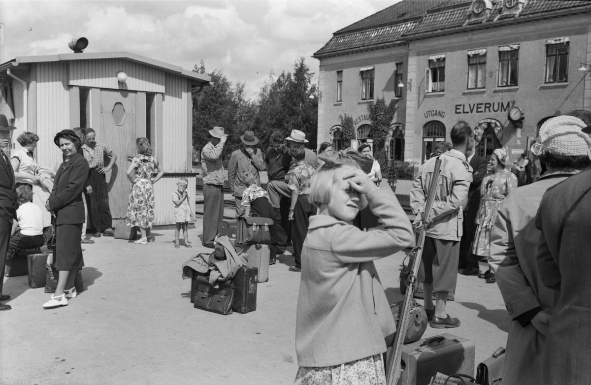 Mennesker på perrongen, Elverum stasjon