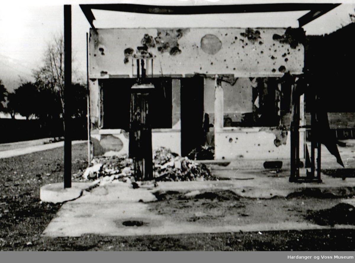 krig, ruinar etter bombing, Vangen, bensinstasjon?