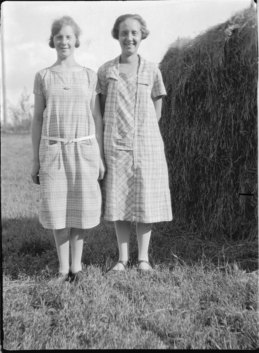 To ukjente kvinner ved en høyhesje.