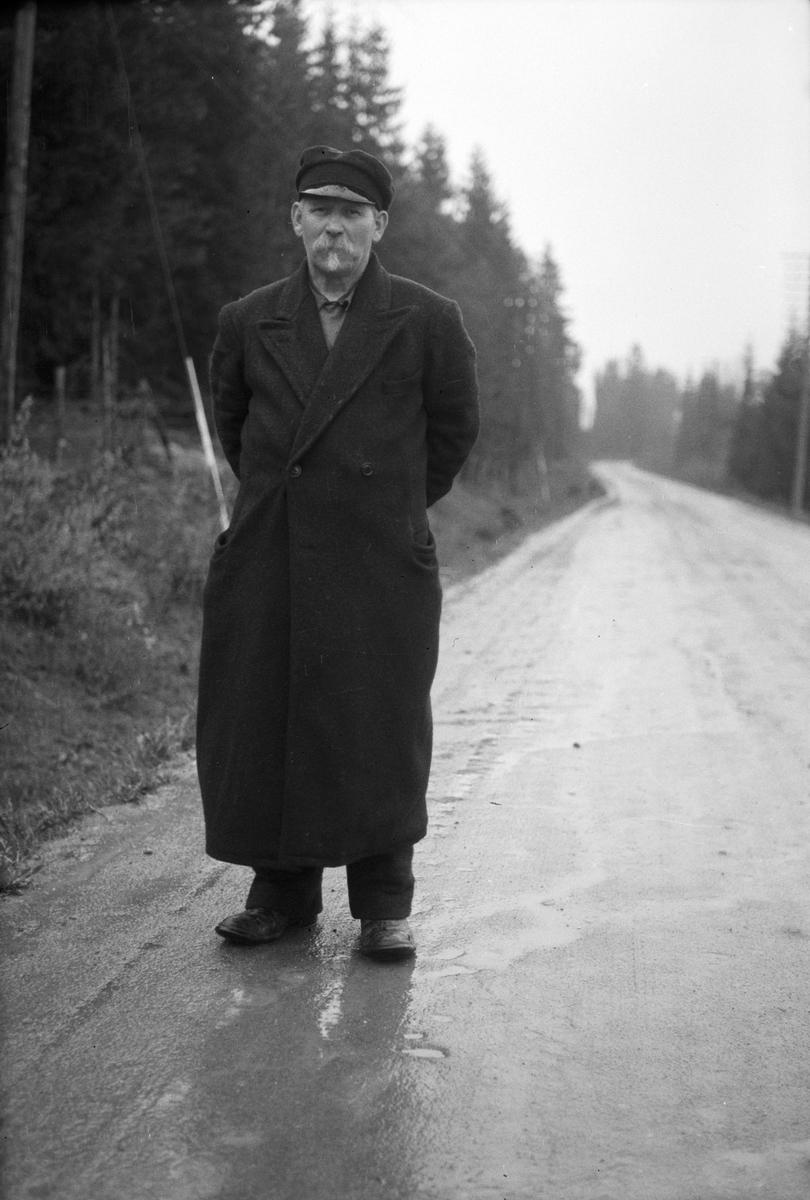 """Gammel mann, frakk og hodeplagg. """"Russeren som vi kallte han, var ett kjent trekk i Moelvbildet, helt fra 1920-årene og ut i 50-årene. Hans navn var Gabriel Podozenoff og han var født i Hviterussland i 1881. Han kom som flyktning hit til landet etter den russiske revolusjon i 1917, og det var sagt han var offiser i tsarens hær. Her i landet,  ble han en ensom fremmed, som aldri lærte seg språket vårt.. Han var slik vi kunne forstå, et kunnskapsrikt, klokt og fint menneske som levde sitt eget liv med små fordringer. Han bodde på pensjonatet på Cellulosen, og drev med omførselshandel rundt i bygda. I 1954 døde han 73 år gammel."""
