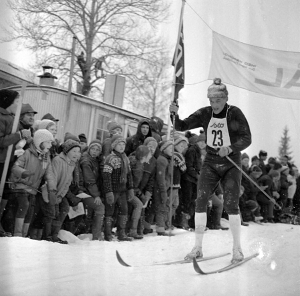 """""""DALASPRINTEN"""", ELITERENN I LANGRENN VED FAGERLUND SKOLE OG TRAVBANEN I BRUMUNDDAL I 1968. GJERMUND EGGEN, Gjermund Eggen (født 5. juni 1941 i Engerdal) er en tidligere langrennsløper og verdensmester. Han gikk for Engerdal SK. Eggen ble det store midtpunktet under VM på ski i Oslo i 1966, med gull på 15 km, 50 km og på stafetten. Han ble kalt «Engerdalsprinsen», men etter VM på hjemmebane ble han skikongen. Hans bror Jo Eggen var også en habil skiløpet, men oppnådde aldri samme status som Gjermund. Han har tre individuelle NM-titler, og stafettgull fra NM 1966. Gjermund Eggen ble tildelt Sportsjournalistenes statuett, som Årets idrettsnavn, Morgenbladets Gullmedalje i 1966 og i 1968 ble han tildelt Holmenkollmedaljen. I hjemkommunen er han hedret med egen statue, som ble avduket 5. august 2006 ved siden av skimuseet. I 1966 gav Eggen ut boken 3 x Gull. Han kom også med flere plateinnspillinger. Etter endt karriere startet han skiproduksjon i hjembygda si. Skiene ble kalt Eggen-ski. KILDE WIKIPEDIA"""