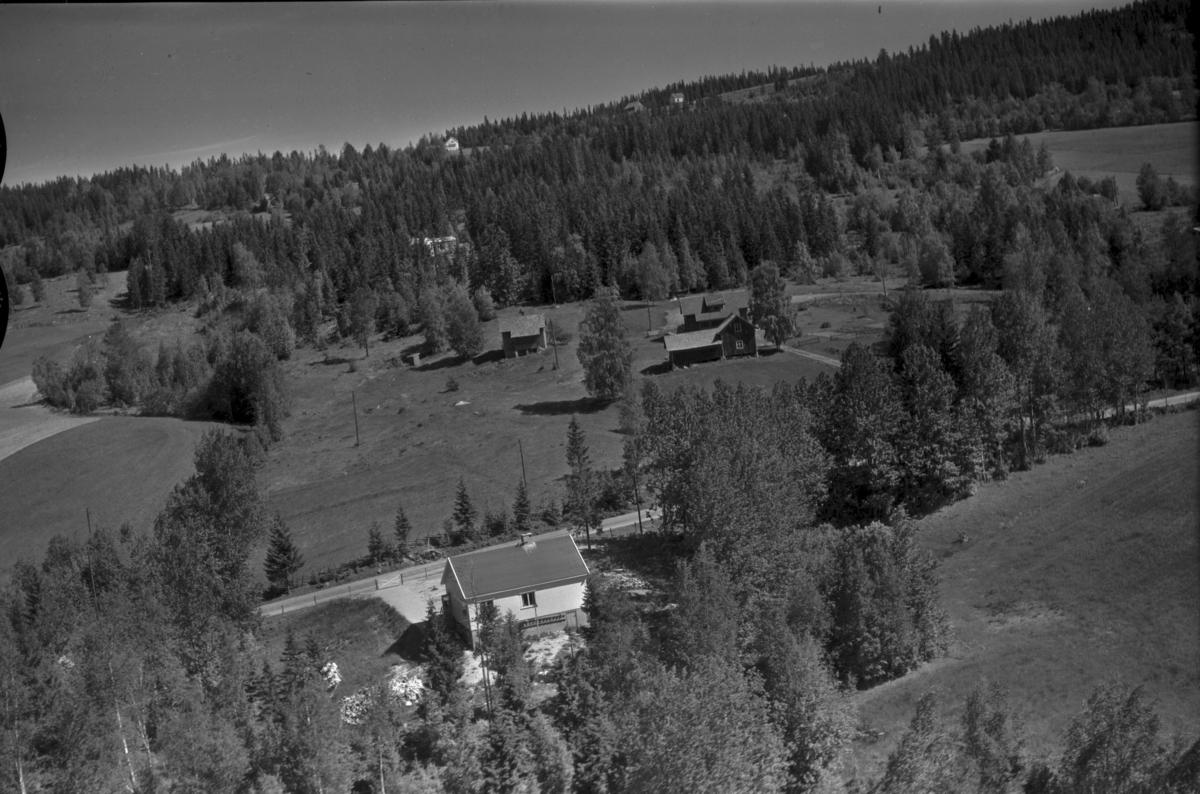 Solbakken (Gnr 105/180) i Kynnberget (Sørskogbygdvegen 1085). Øvergaard (Gnr 180/47) i bakgrunnen.