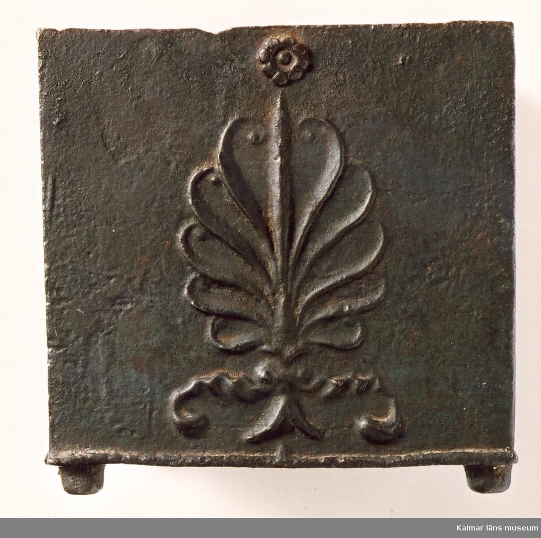KLM 39639. Tobaksburk av järn, fyrsidig med lock på fyra små runda fötter. 11,5 x 11,5 cm, H 12 cm. Gjutjärn. Dekor i relief. Text på en sida, initialer, gårdsnamn och årtal: M.I.R., Eldslösa, 1838. På locket porträtt av Karl XIV Johan. (På lockets inristat siffror: 990408 2916?). Burken har tillhört kronofogde Magnus Jacob Roback, f 1789-08-19 i Blackstad, d 69 år i Blackstad, han bodde även som kronofogde på sin gård Källsberg i Blackstad socken. Gården Eldslösa, Gamleby socken, var kronofogdeboställe på 1800-talet och ägdes av staten, han bodde troligen aldrig på Eldslösa, men ett rum stod till hans förfogande i tjänsten. Eldslösa nuvarande huvudbyggnad uppfördes 1838.