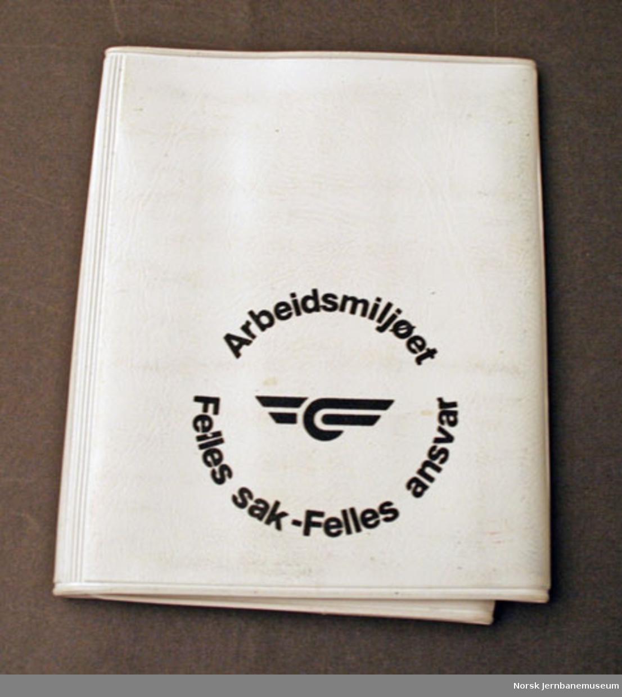 """Etui med plaster, merket """"Arbeidsmiljøet - Felles sak - Felles ansvar"""" og med NSB (1979)-logo"""
