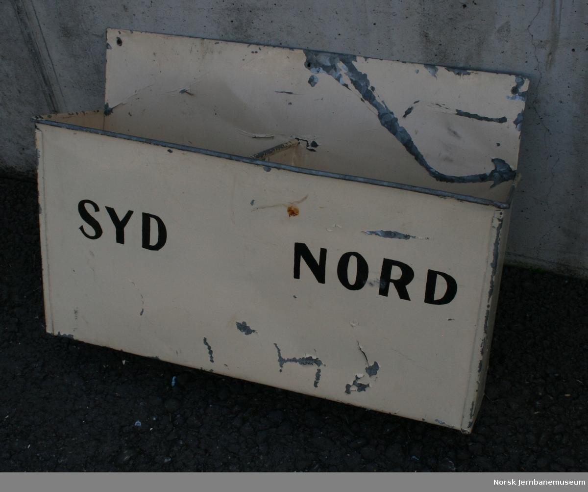 """Posthylle for jernbanens interne post, med to rom, merket """"Nord"""" og """"Syd"""""""