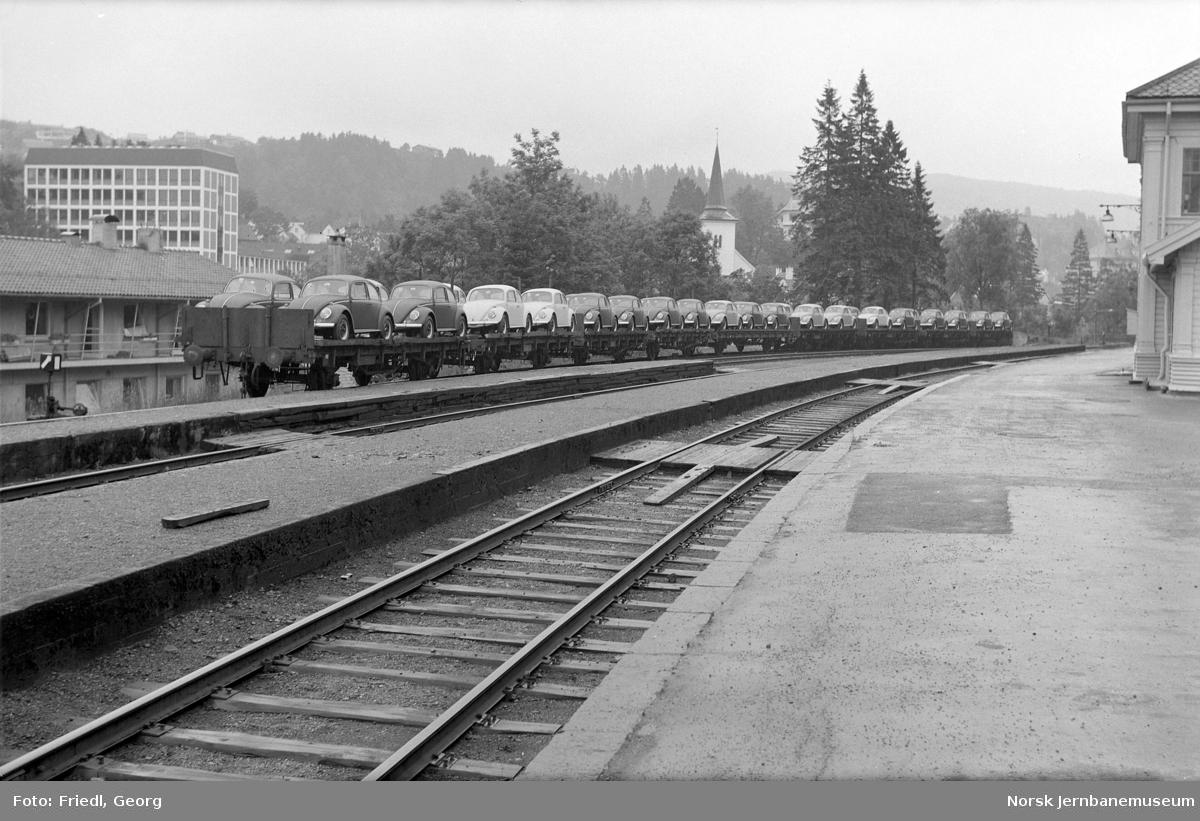 Nesttun stasjon med godsvogner litra T4 lastet med nye biler