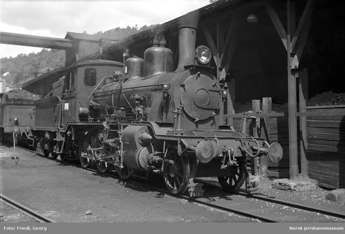 Damplokomotiv type 21a nr. 203 ved vann- og kullfylling på Arendal stasjon