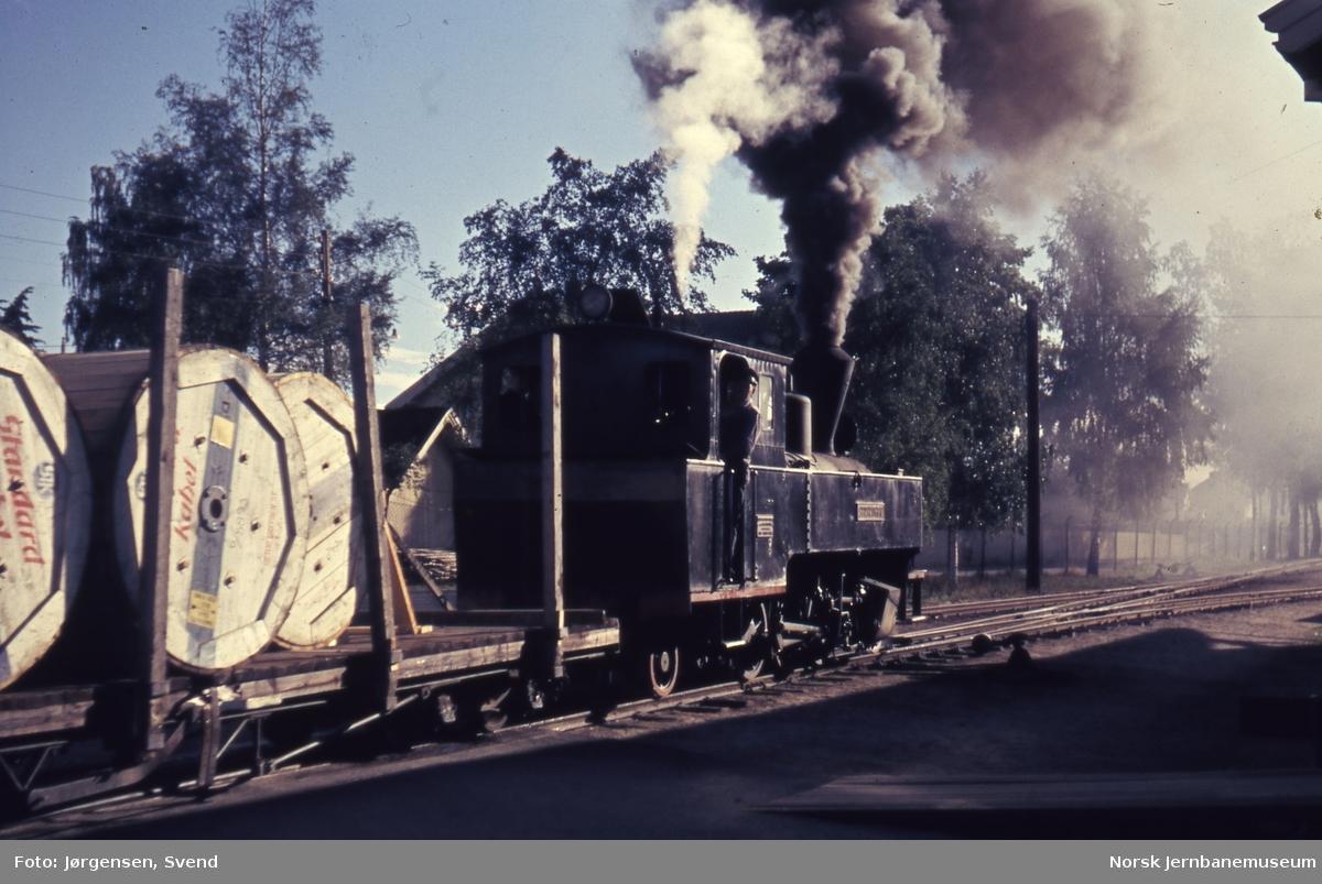 """Blandet tog 2051 til Skulerud, trukket av damplokomotivet nr. 4 """"Setskogen"""", klar til avgang på Sørumsand stasjon"""