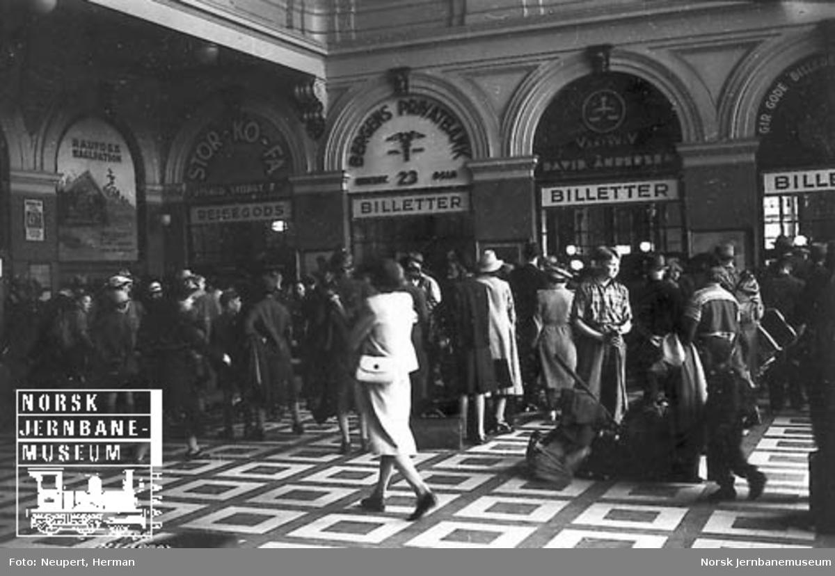Kø foran billettlukene på Østbanen