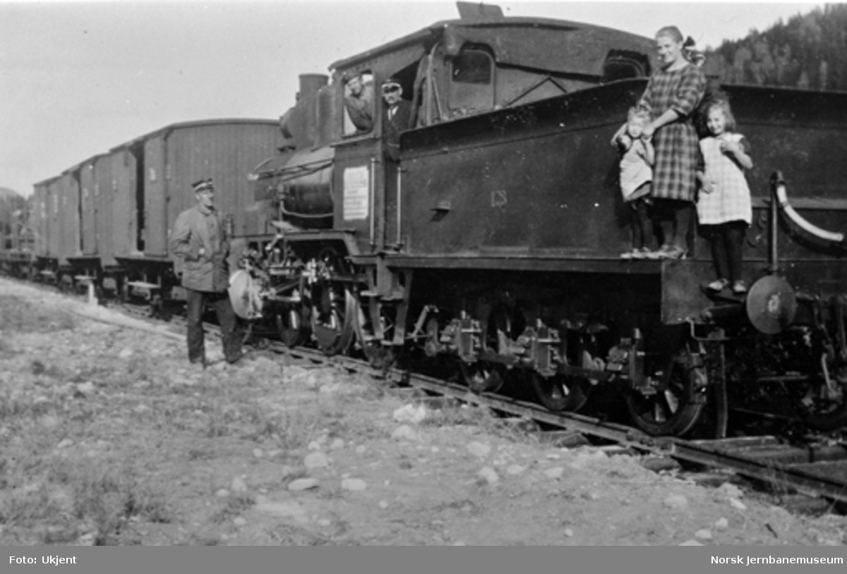 Første grustog på Sperillen stasjon med damplokomotiv type 21a nr. 178. Bak på lokomotivet står Karen Tosseviken med oppsynsmann Bækkevolds døtre Ruth og Dagmar