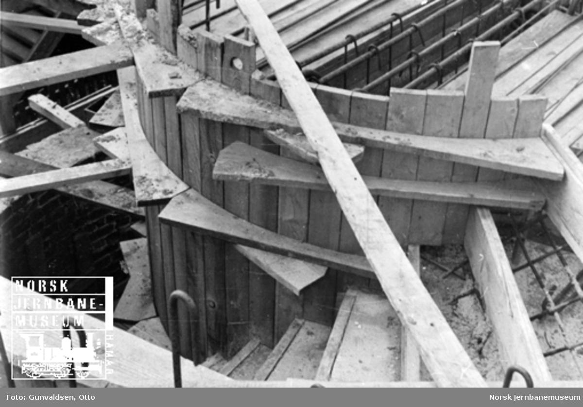 Byggearbeider i forbindelse med utvidelse av Voss stasjonsbygning, forskaling av trapp