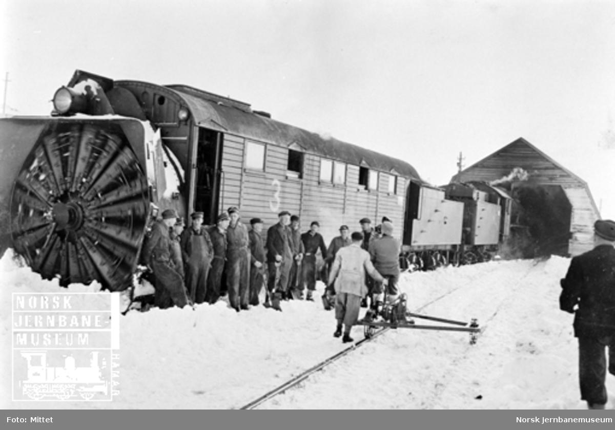 Roterende snøplog nr. 3 med mannskapene oppstilt foran plogen