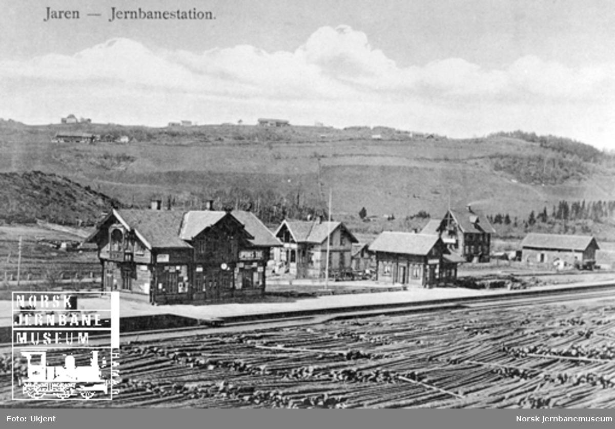 Jaren stasjon med store tømmerstabler på stasjonsområdet