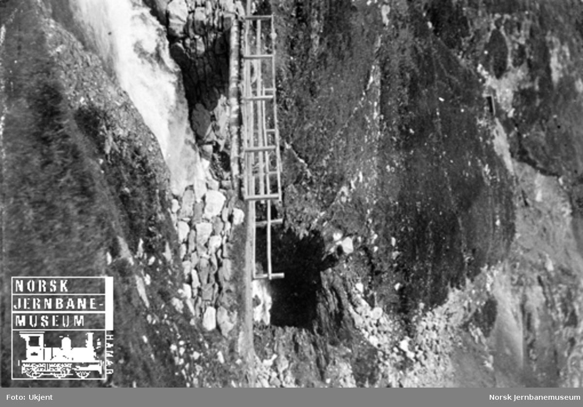 Bru på anleggsvegen med elvetunnel i bakgrunnen ved Hallingskeid