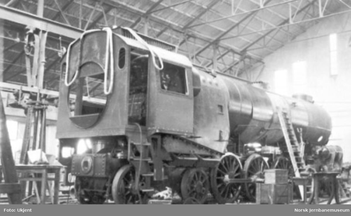 """Damplokomotiv type 49a """"Dovregubben"""" under bygging; montering av kjelplatene er på det nærmeste ferdig"""