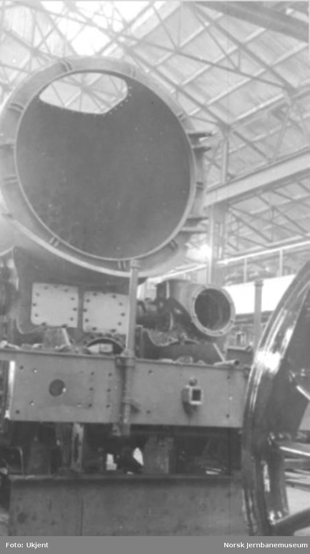 """Damplokomotiv type 49a """"Dovregubben"""" under bygging; frontparti med kjel på plass, røykskapsdør mangler"""